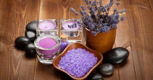 Turvonneet kädet hoito laventelista