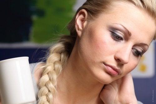 nainen on surullinen