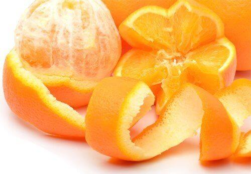 eroon muurahaisista appelsiininkuorilla