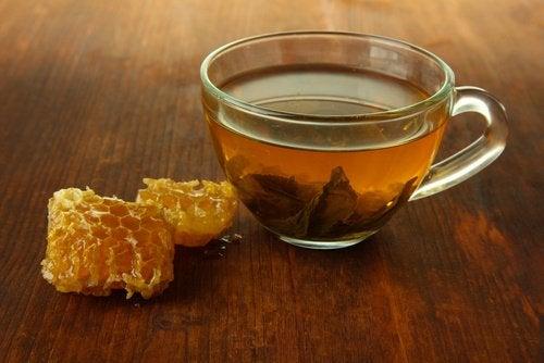 hunajatee osana Omenaviinietikka ja hunaja hoitoja