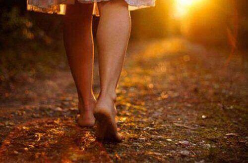 jalat vievät kohti auringonlaskua