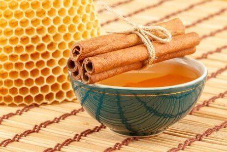 Kanelista ja hunajasta valmistettava naamio uudistaa ihoa.