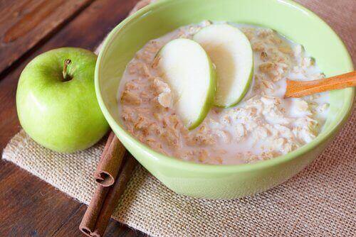 Kaura ja omena sisältävät samaa kuituja, joka on hyväksi vatsalle.