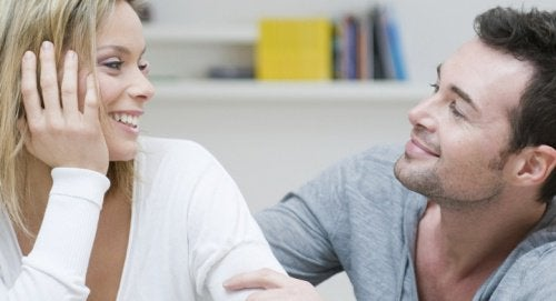 nainen ja mies juttelee