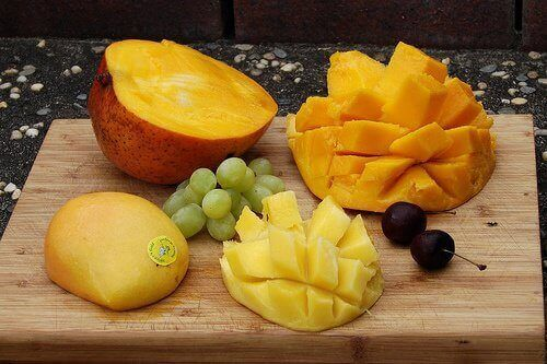 Suolistoa hoitava smoothie sisältää mangoa. jolla on terveyttä edistäviä ominaisuuksia.