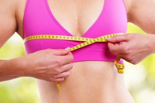 Rintakehään kohdistetut harjoitukset auttavat kiinteyttämään rintoja.