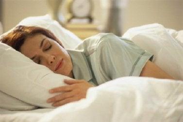 Nainen nukkuu hyvin