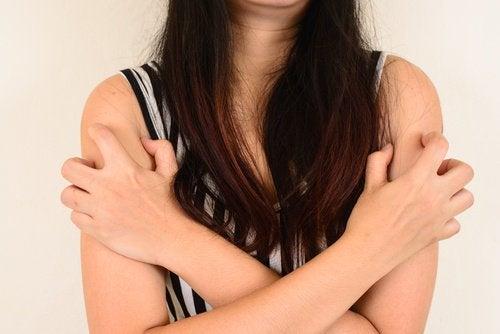 Hormonaaliset muutokset aiheuttavat näppylöitä käsivarsiin.
