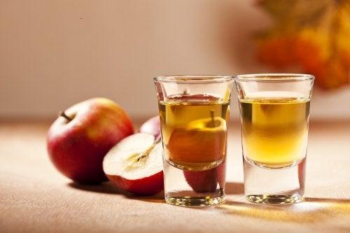 omenaviinietikkaa shottilaseissa
