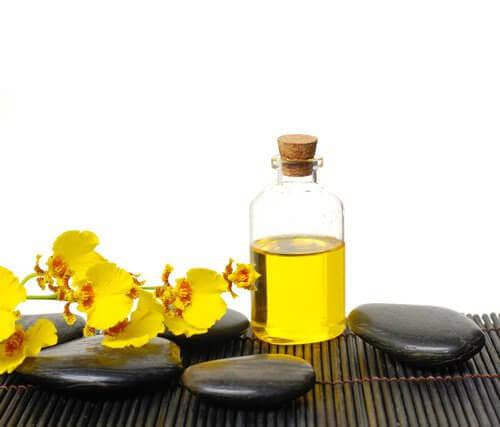 Luonnolliset keinot hiustenlähdön ehkäisyyn - risiiniöljy.