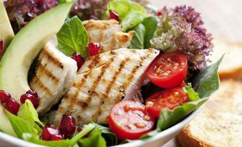 Tasapainoinen ruokavalio voi auttaa ehkäisemään umpilisäkkeen tulehduksen syntyä.