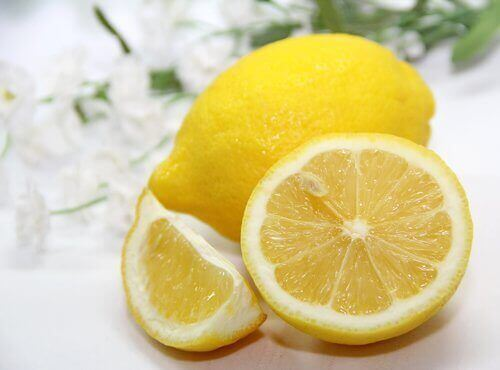 valmista omat tahranpoistoaineet sitruunasta
