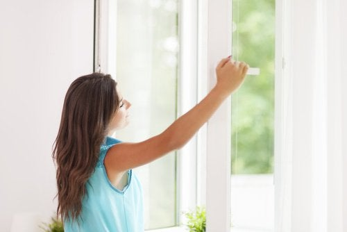 Positiivinen energia nainen avaa ikkunan