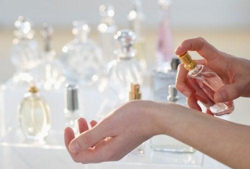 nainen kokeilee hajuvettä
