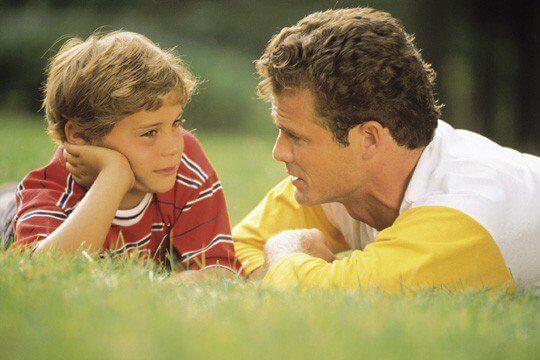 isä ja poika juttelevat