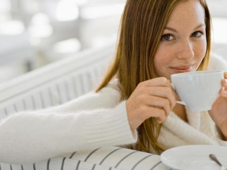 rauhallinen nainen juo teetä