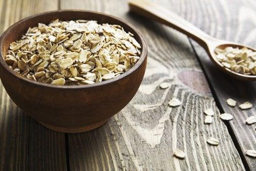 Kaura sisältää runsaasti kuituja ja vain vähän hiilihydraatteja.