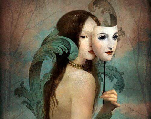 nainen pitää naamiota