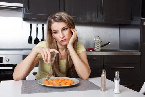nainen syö porkkanaa