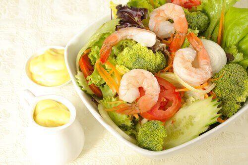 salaatti parsakaalista ja katkaravuista