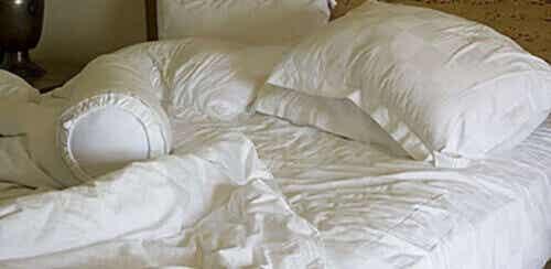 Miksi sänkyä ei kannata pedata aamuisin?