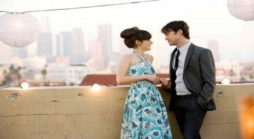 Rakastuminen nainen ja mies juttelevat