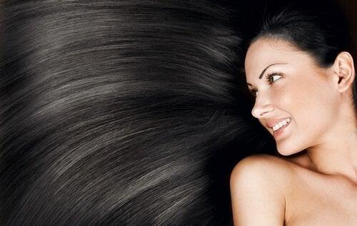 vaalenna tummat hiukset luonnollisesti
