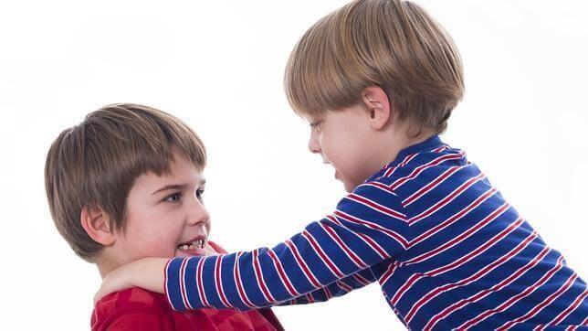kaksi poikaa tappelee