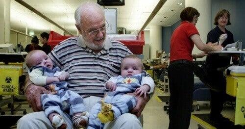 Mies pelastaa miljoonia vauvoja verellään