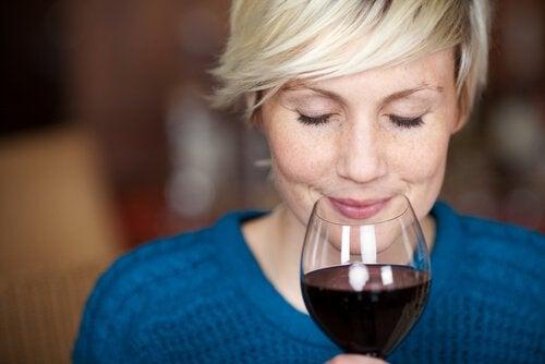 Nainen viinilasin kanssa