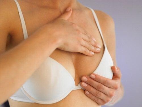 Rintojen tarkastus rintasyövän kyhmy