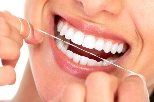 käytä hammaslankaa