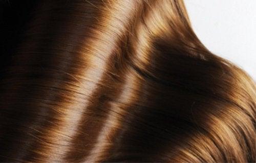 Gelatiini huoltaa hiuksia tehden niistä kiiltävät.