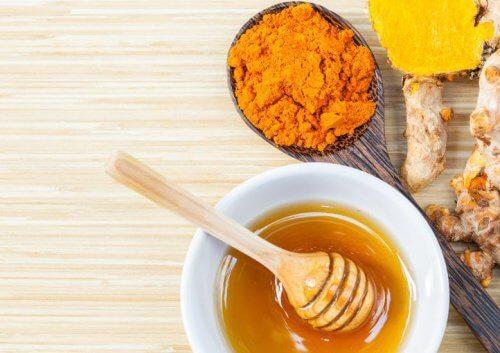 Kurkumaa ja hunajaa nivelkipuihin