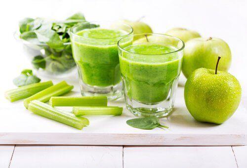 Luiden vahvistaminen vihreän smoothien avulla