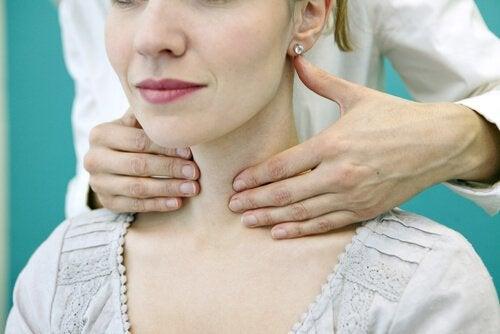 lääkäri tutkii potilaan kilpirauhassyövän varalta