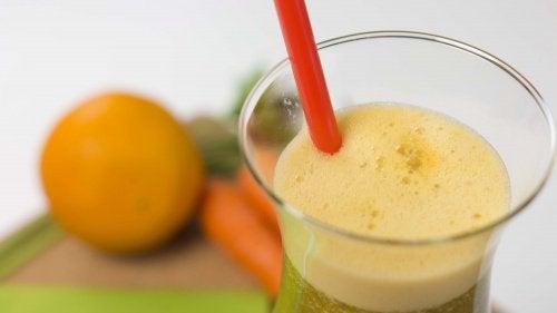 Laihduttava mehu porkkanasta, appelsiinista ja persiljasta