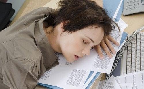 Mitkä asiat aiheuttavat unettomuutta? Esimerkiksi kiireinen elämänrytmi.