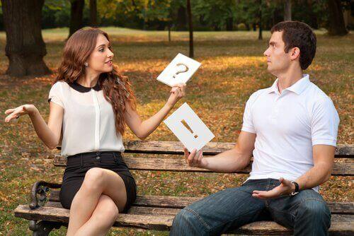 Pari puistonpenkillä keskustelemassa