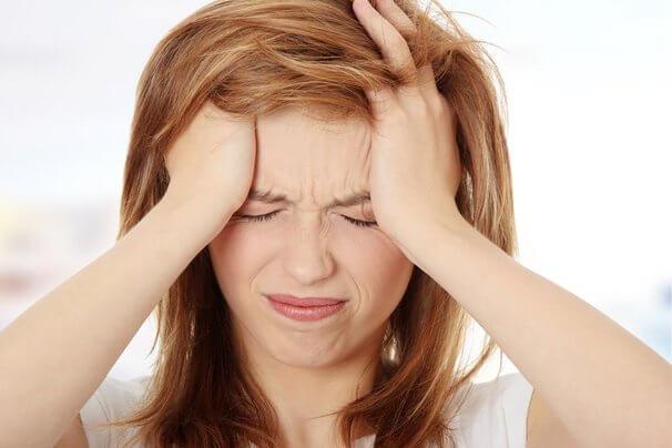 naisen päätä särkee