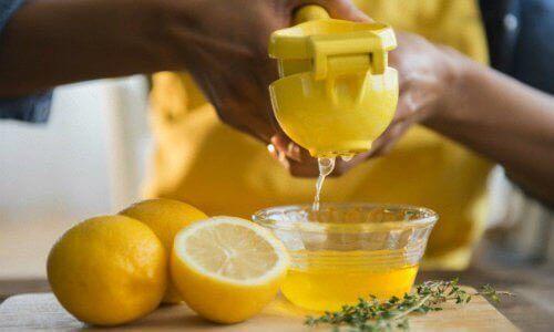 Sitruunamehun puristus