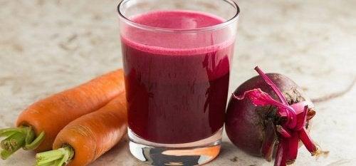 Maksaa ja verta puhdistava porkkana-punajuurismoothie