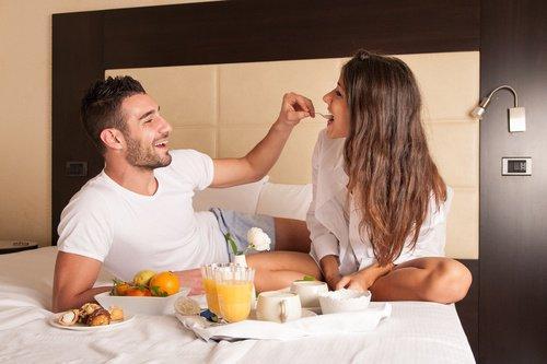 Nauttikaa aamiainen sängyssä yhdessä.