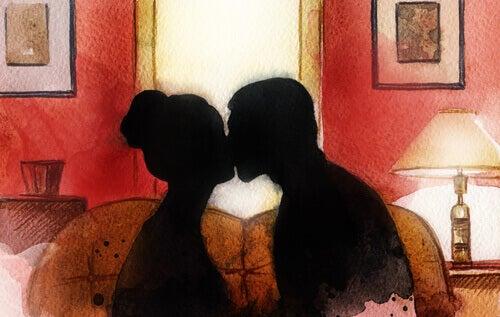 Pari suutelee