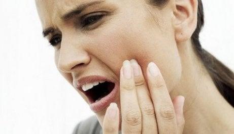10 luonnollista hoitoa hammaskipuun