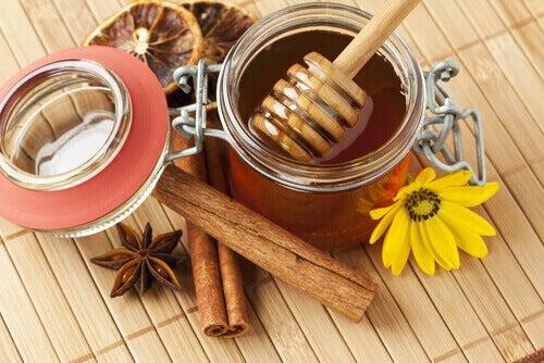 Hunaja ja kaneli yhdessä antavat parhaat mahdolliset lääkinnälliset ominaisuudet.