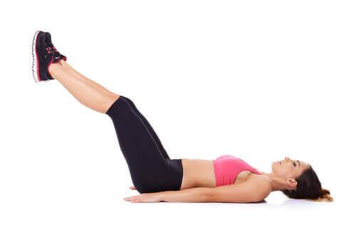 Jalkojen nostot on tehokas liike vatsalihaksille.