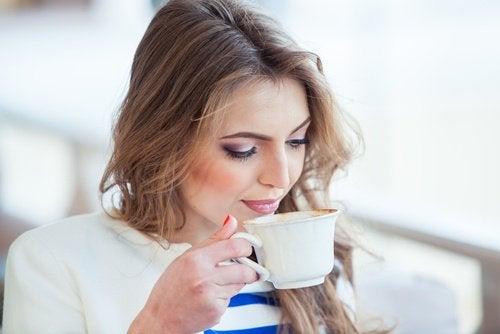 Nainen nauttii kahvista