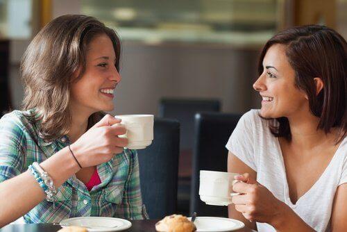 Ystävykset juovat kahvia