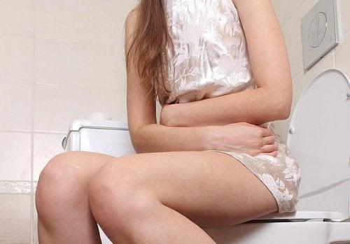 tyttö istuu vessassa